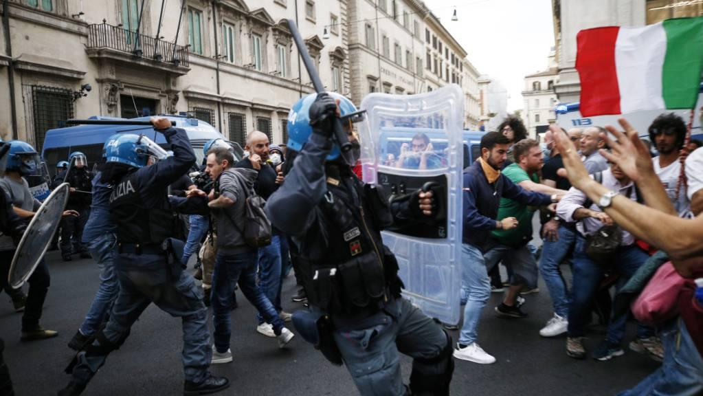 dpatopbilder - Protestteilnehmer und Polizisten stoßen während einer Demonstration gegen den Corona-Gesundheitspass in Rom aufeinander. Foto: Cecilia Fabiano/LaPresse/AP/dpa