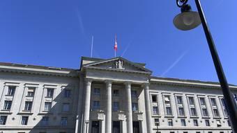 Das Bundesgericht hat eine bedingte Geldstrafe für einen ehemaligen Schiffskapitän bestätigt, der mit gefälschten Unterlagen an Diktatorengelder gelangen wollte. (Archivfoto)