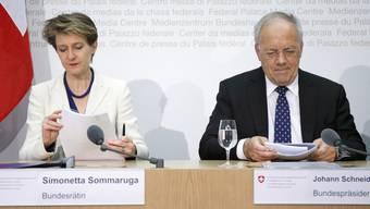 Bundesrätin Simonetta Sommaruga und Bundesrat Johann Schneider-Ammann an der Medienkonferenz.