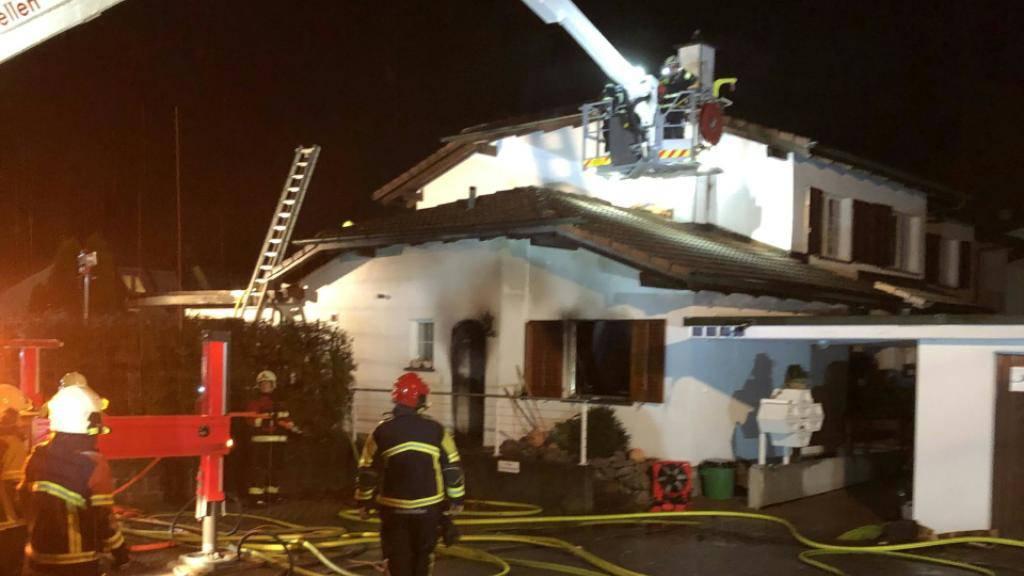 Beim Brand in diesem Haus in Zufikon AG verlor die 97-jährige Bewohnerin ihr Leben. Die Brandursache ist unklar.