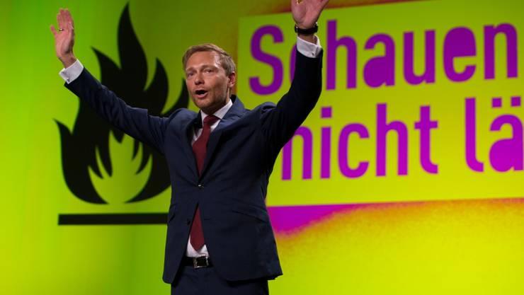 Christian Lindner steht am Freitag nach seiner Rede beim FDP-Bundesparteitag in Berlin auf der Bühne.