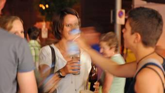 Alkoholtestkäufe zeigen: Jugendliche kommen vor allem bei Festbetrieben im Kanton Zürich leicht an Alkohol.