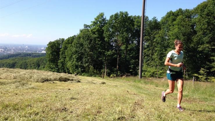Trotz gleissender Hitze trainiert Xenia Fischer regelmässig, um den Marathon Ende September in ihrer Wunschzeit laufen zu können.