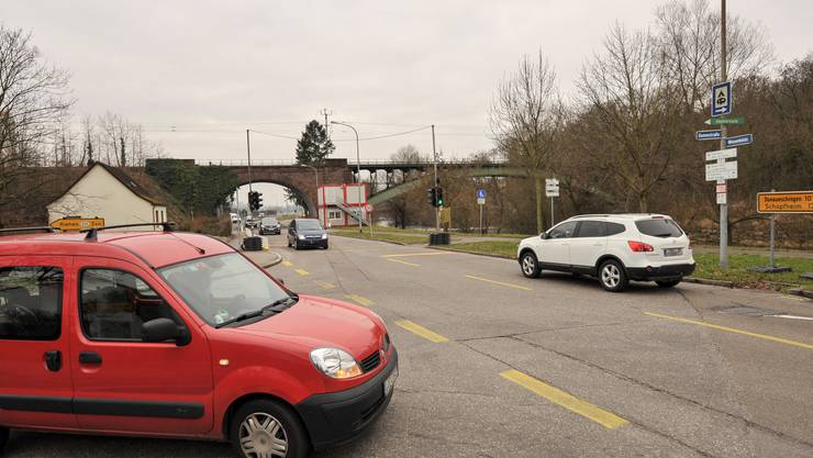 An der Dammstrasse (links) in Lörrach soll ein Kreisel Entlastung bringen. Geradeaus geht es zur Zollfreistrasse.
