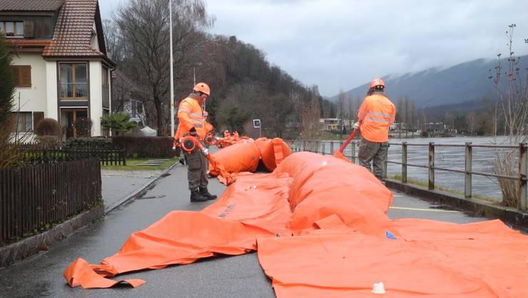 Einsatzkräfte des Kantonalen Katastrophen-Einsatzelements bauen am Donnerstag in Zusammenarbeit mit der Feuerwehr Unteres Fischingertal und der Zivilschutzorganisation Unteres Fricktal Beaverschläuche ein.
