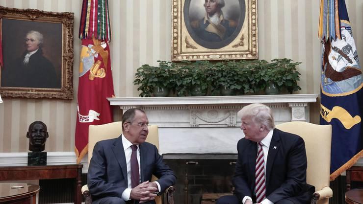 US-Präsident Trump und der russische Aussenminister Lawrow im Mai 2017 im Weissen Haus.  - Laut CNN erfolgte die Entscheidung zum Abzug des CIA-Spions nach einem Treffen zwischen Trump und Lawrow im Weissen Haus. (Archivbild)