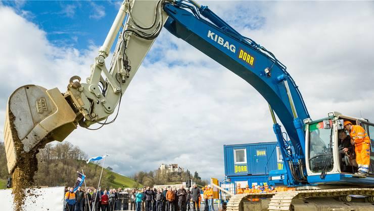 Für die Eröffnung der Grossbaustelle Knoten Neuhof wird Baudirektor Stephan Attiger zum Baggerführer.
