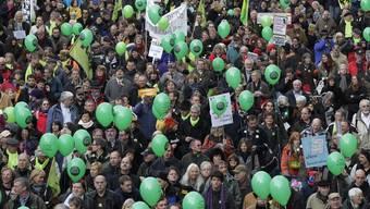 Tausende protestieren auf dem Stuttgarter Schlossplatz gegen Stuttgart 21