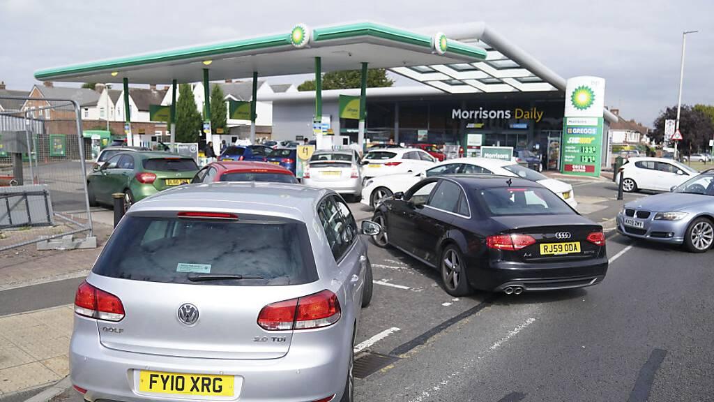 Grossbritannien setzt in der Benzin-Krise ab Montag die Armee ein