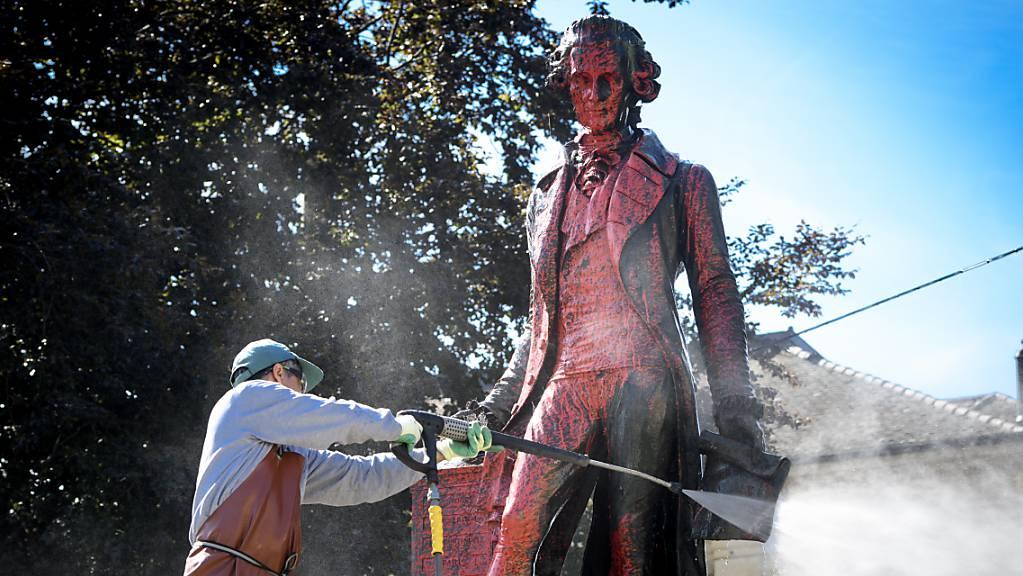 Die Bronzestatue von David de Pury in Neuenburg wurde letztes Jahr mit roter Farbe beschmiert. (Archivbild)