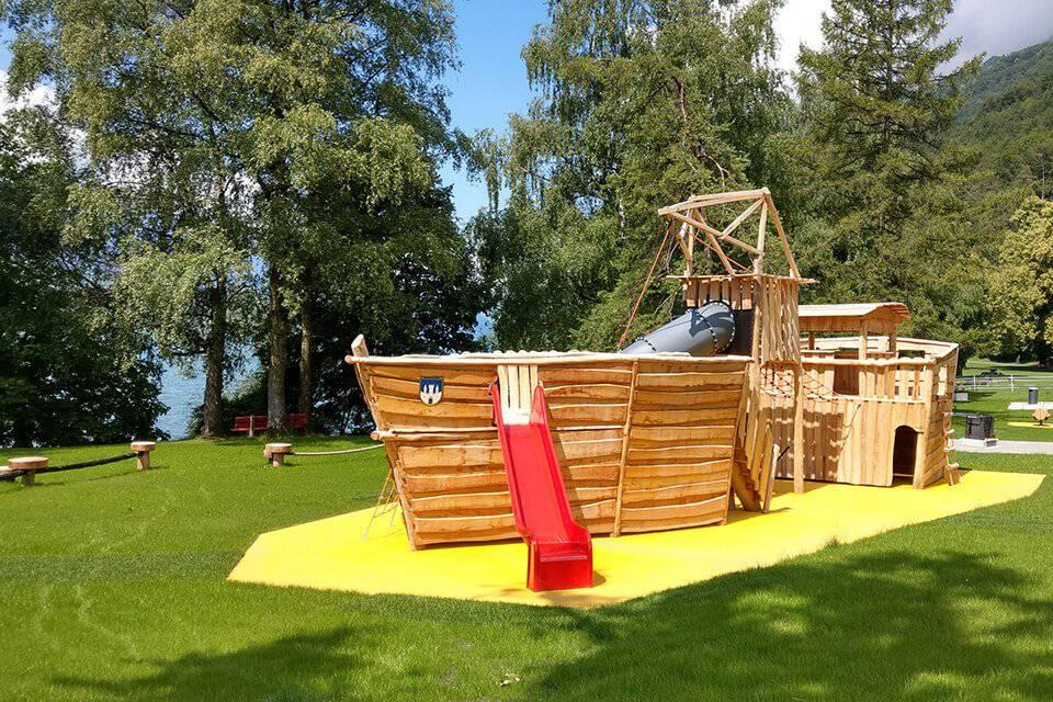 Das grosse Holzschiff in Walenstadt ist Teil des Spielerlebnisses am Walensee. (Bild: spielerlebnis-walensee.ch)
