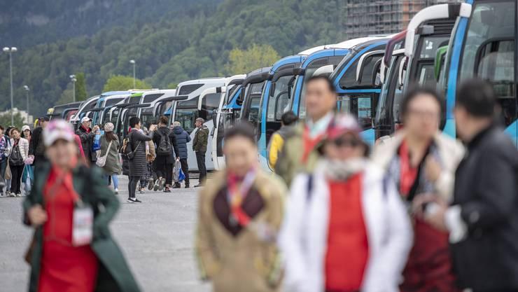 """Der Busparkplatz der 4000 Personen grossen chinesischen Reisegruppe der Kosmetikfirma """"Jeunesse Global"""" auf der Allmend in Luzern."""