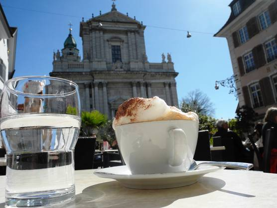 Kaffeepause vor der St.-Ursen-Kathedrale mit dem besten Cappuccino in der Stadt