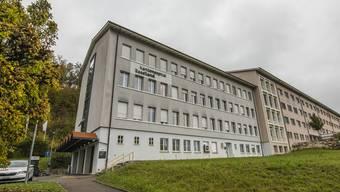 Der Kanton will das Land zurückgeben, doch was mit dem alten Laufner Spitalgebäude geschieht, ist unklar.