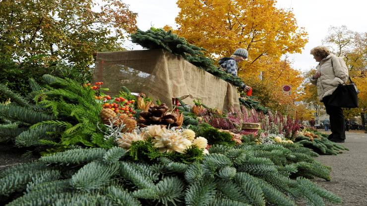 Ein Blumenstand bietet Gestecke zum heutigen Feiertag – Allerheiligen. Steffen Schmidt/key