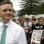 In Neuseeland hat am Freitag der weltweite Aktionstag für mehr Klimaschutz begonnen - der neuseeländische Klimawandel-Minister James Shaw unterstützte die Demonstration von Jugendlichen in Wellington.