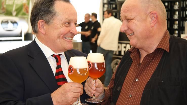 Alex Künzle und Hanspeter Bader prosten auf ein gutes Gelingen der Biertage
