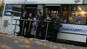 az Wahlkampfbus macht in Aarau vor der Telli halt