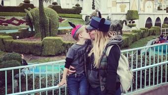 """Schauspielerin Hilary Duff küsste ihren vierjährigen Sohn Luca in Disneyland auf den Mund. """"Unangemessen"""", fanden etliche Internet-Trolle. (Twitter)"""