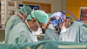 Ärzte operieren einen Patienten. (Symbolbild)
