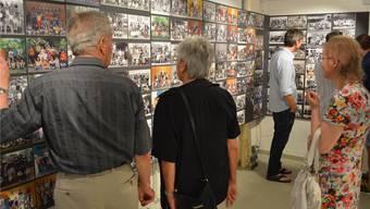 Interessiert betrachten die Besucher die Fotos. katja ramseier