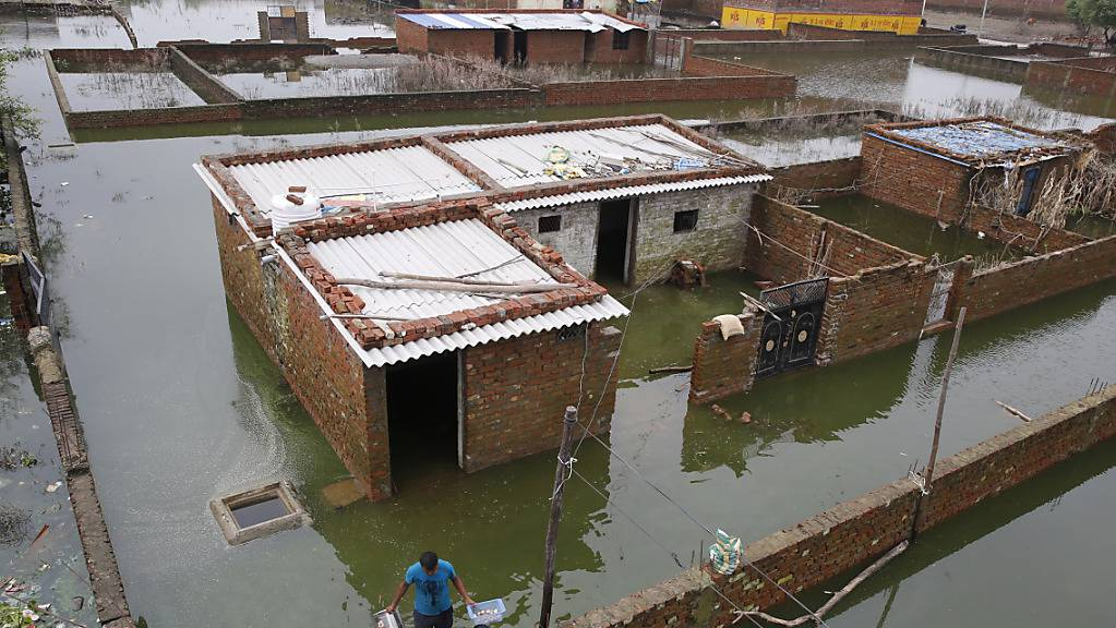 Ein überschwemmtes Dorf im indischen Bundesstaat Uttar Pradesch.