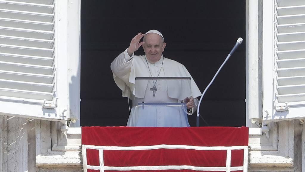 Papst Franziskus erteilt seinen Segen während eines Mittagsgebet Regina Coeli vom Fenster seines Studios.