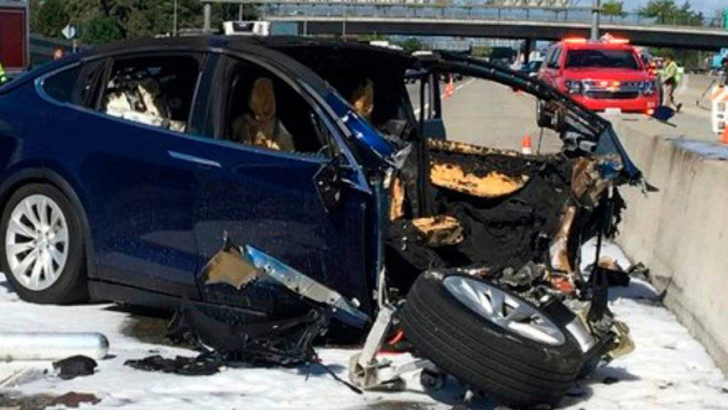 Der Tesla-Konzern fühlt sich von US-Behörden bei der Aufarbeitung eines Unfalls mit einem seiner selbstfahrenden Autos schlecht behandelt. (Archivbild)