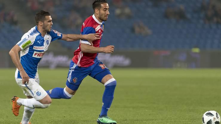 Grasshopper Gjelbrim Taipi, links, im Kampf um den Ball gegen Basels Samuele Campo, rechts