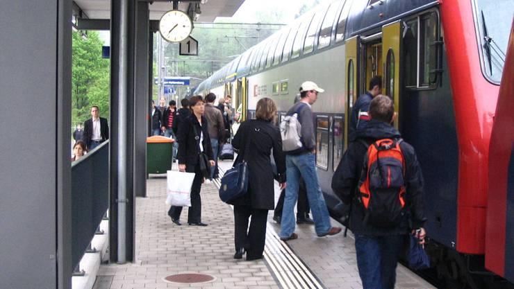 Haltestellt: Viel Betrieb in Mellingen-Heitersberg auf der S-Bahn 3 Richtung Zürich. (Bild: bvu)