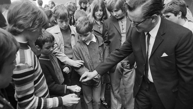 Aufnahme aus dem Jahr 1972: Das Zwänzgerle findet seit über 50 Jahren am Ostermontag bei den Arkaden am Limmatquai in Zürich statt.