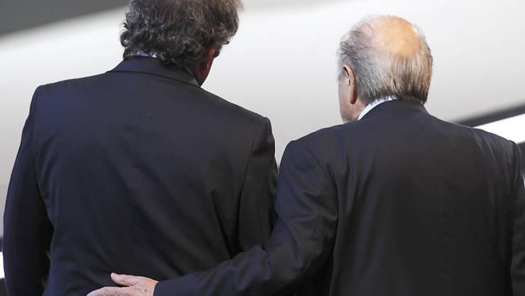 Michel Platini und Sepp Blatter stehen mit dem Rücken zur Wand