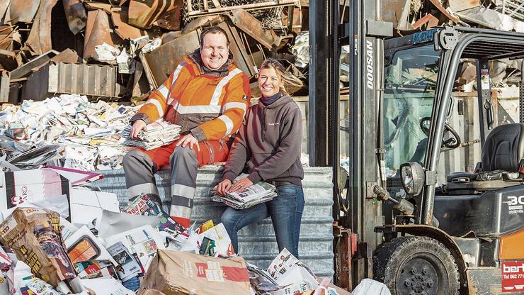 Karin Bertschi (hier mit Sammelstellenbetreuer Michael Rohr) leitet vier Recyclinghöfe im Kanton.