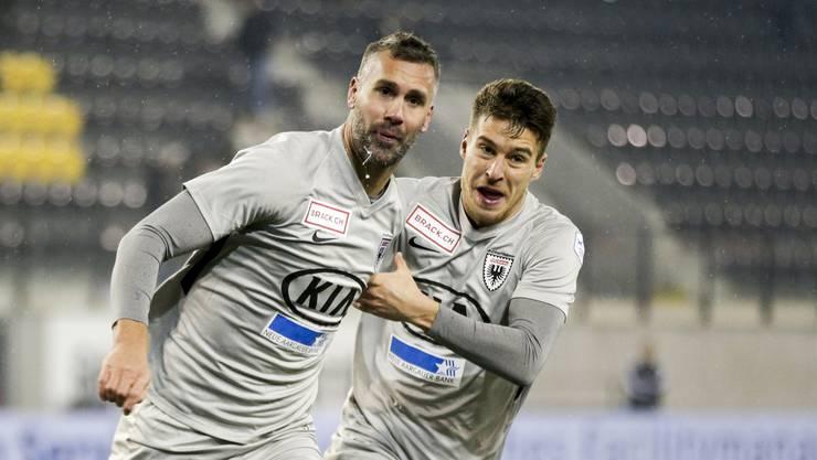 Maierhofer (links) ist beim 3:1-Sieg überragender Mann. Er drehte die Partie mit zwei Toren. Giuseppe Leo umjubelt ihn.