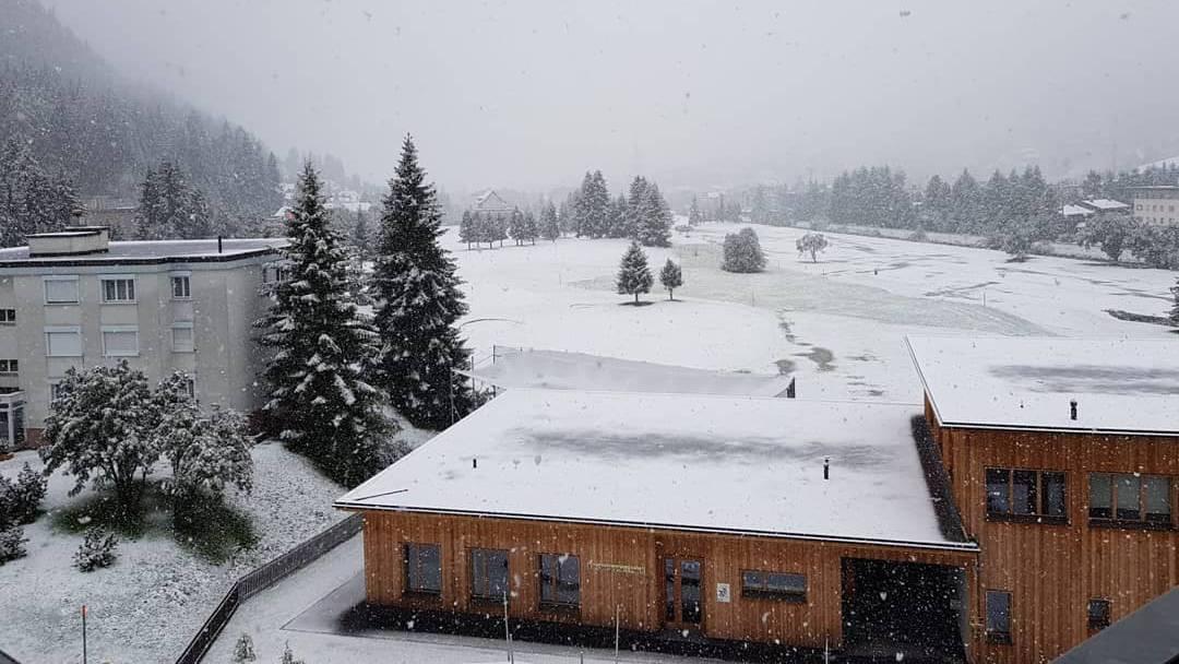 In Davos ist am Sonntagmorgen alles weiss. (© davospictures.ch)