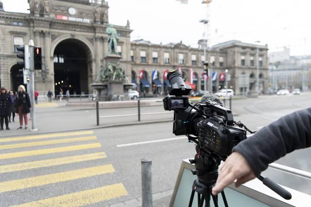 Eine Filmcrew des Südwestdeutschen Rundfunks SWR filmt im Zürcher Hauptbahnhof.