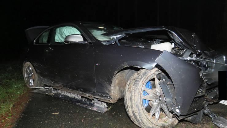 Ein Autofahrer aus dem Kanton Luzern kam bei Oberrüti von einer Nebenstrasse ab und kollidierte mit einem Baum.