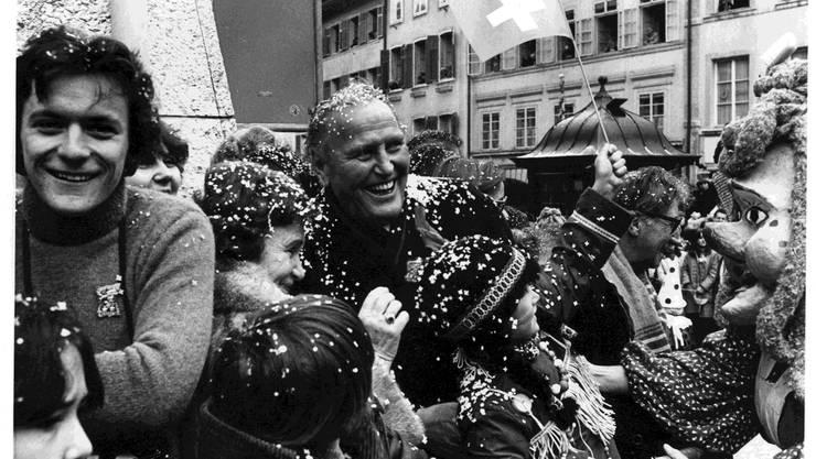 Er liebte die Menschen, und die Menschen liebten ihn. Willi Ritschard mit Frau Margaretha 1981 an der Solothurner Fasnacht.