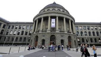 Studierende der ETH haben Gehör gefunden: Die Erhöhung der Studiengebühren fällt geringer aus als geplant. (Archiv)