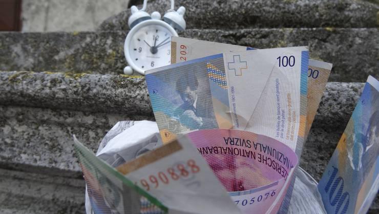 Symbolisch überreichte die SVP einen Wecker, eine Banknote und die 1657 beglaubigten Unterschriften gegen die Abzockerei.