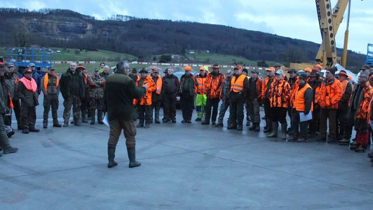 Revier-Jagdleiter Urs Liniger gibt den 45 Jägern Instruktion für die folgende Jagd.