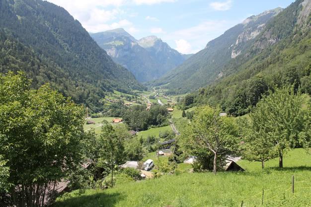 Blick aus erhöhter Lage über das Dorfgebiet von Lütschental im Berner Oberland.