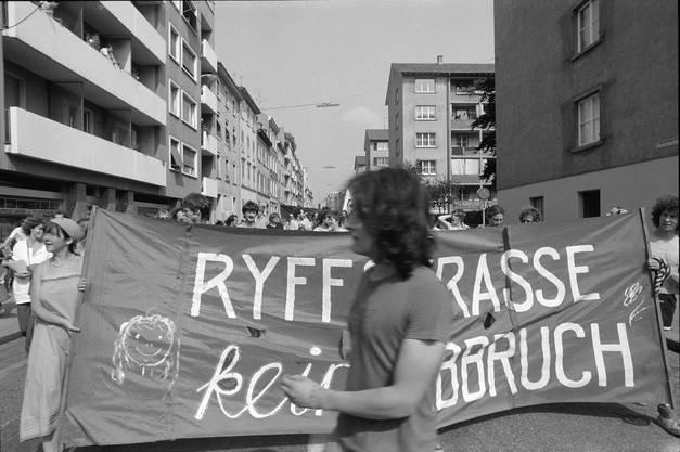 Amerbachstrasse im Sommer 1980. Besetzung und Demonstrationen gegen den Abbruch von günstigen Wohnraum an der Ryffstrasse im St. Johann-Quartier.