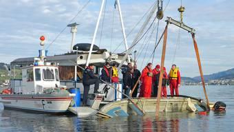 Das Boot wird aus dem Vierwaldstättersee geborgen.
