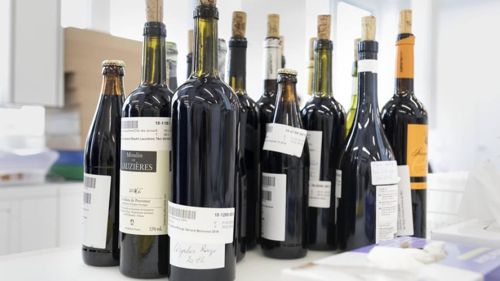 In einem Schweizer Lebensmittellabor stehen Weine parat, die auf Schadstoffe geprüft werden sollen. Ein Verfahren aus Österreich erleichtert nun den Prozess: Es testet innert 42 Minuten auf 1400 Schadstoffe. (Symbolbild)