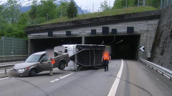 Wohnanhänger kippt auf der Autobahn