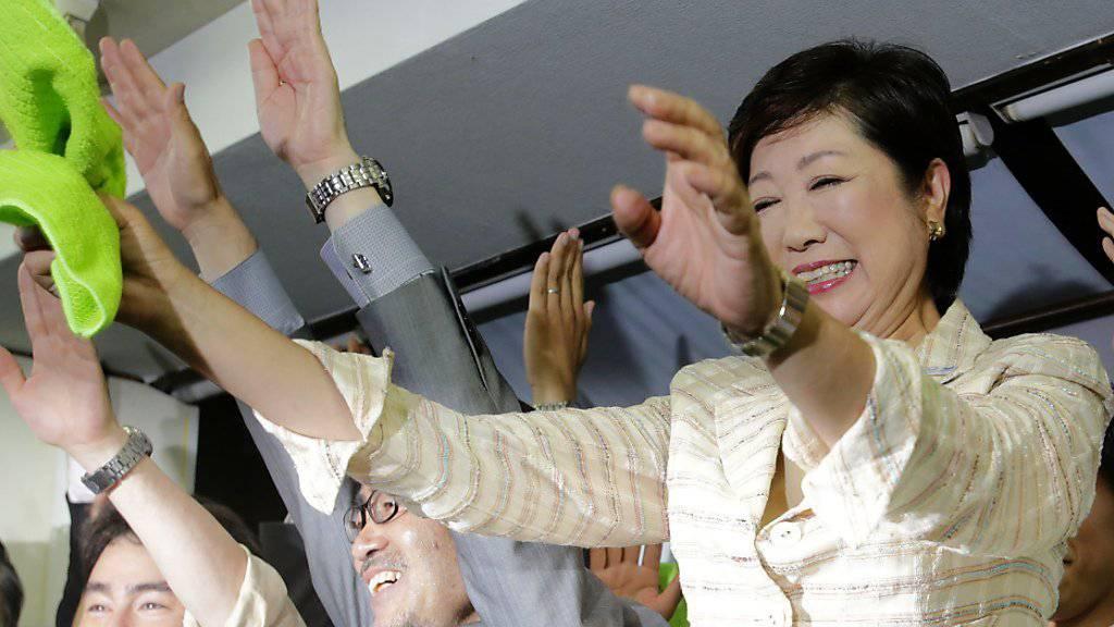 Die neue Gouverneurin von Tokio, Yuriko Koike, feiert ihren Wahlsieg. Tokio wird damit erstmals von einer Frau regiert.