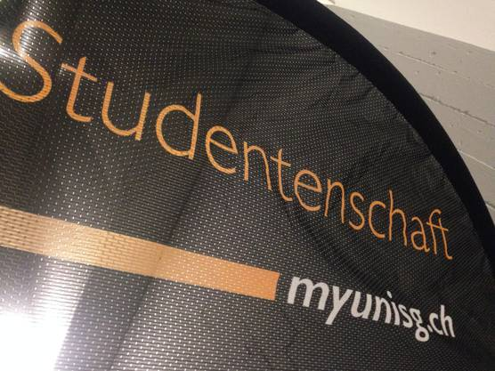 Die Fahnen der Studentenschaft müsste auch geändert werden.