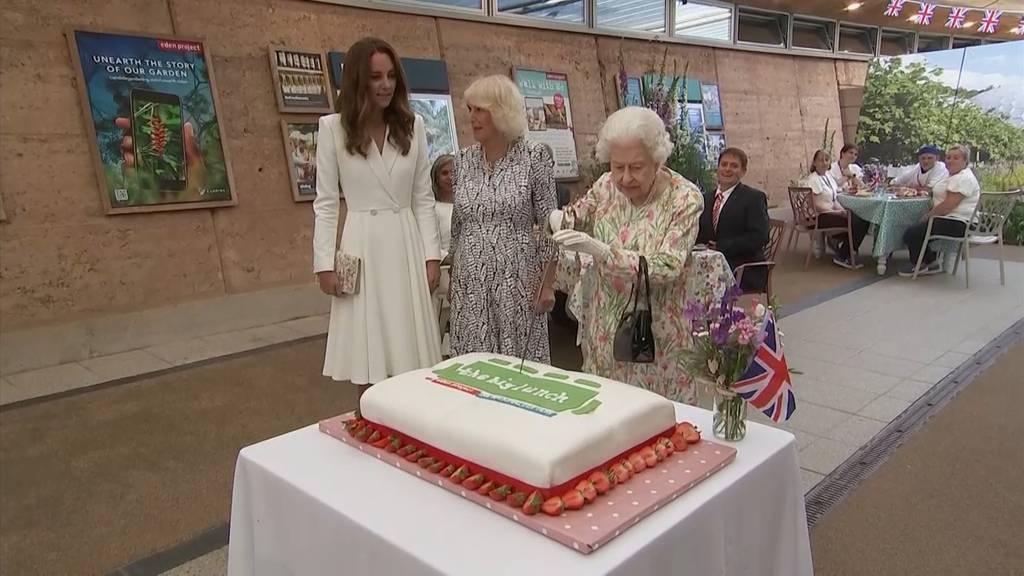 Schwert statt Kuchenmesser: Queen Elizabeth II amüsiert mit unkonventioneller Besteckwahl