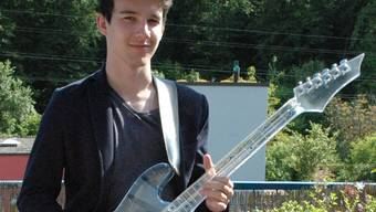 E-Gitarre Marke Eigenbau: Dominik Jerkovic mit seinem Werk.